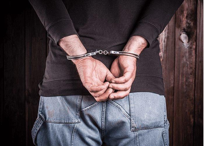 Мужчина в наручниках