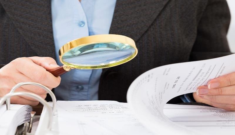Проверяет документы