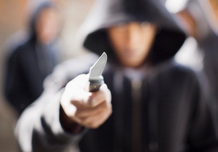 Преступник держит нож