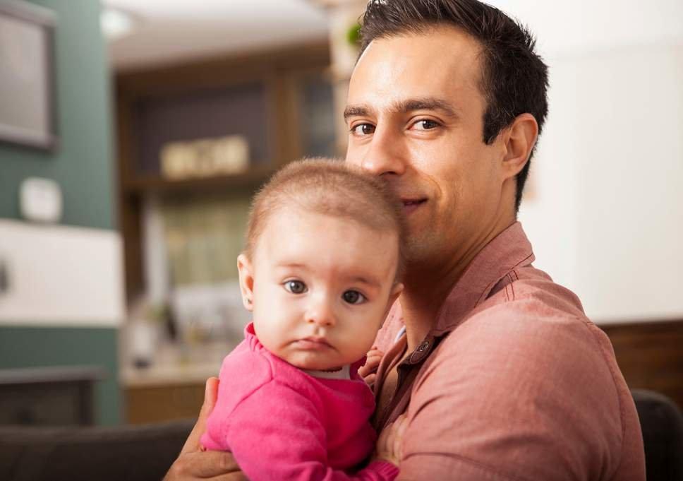Отец с ребенком на руках