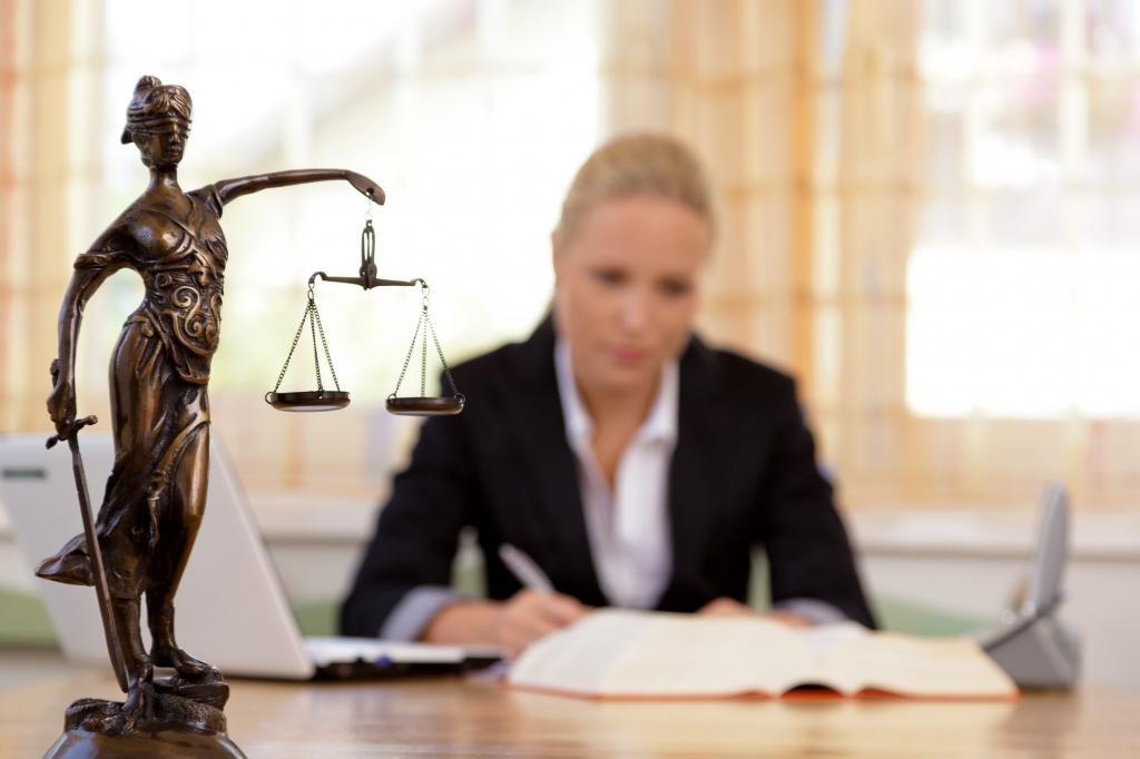 Юрист заполняет бумаги