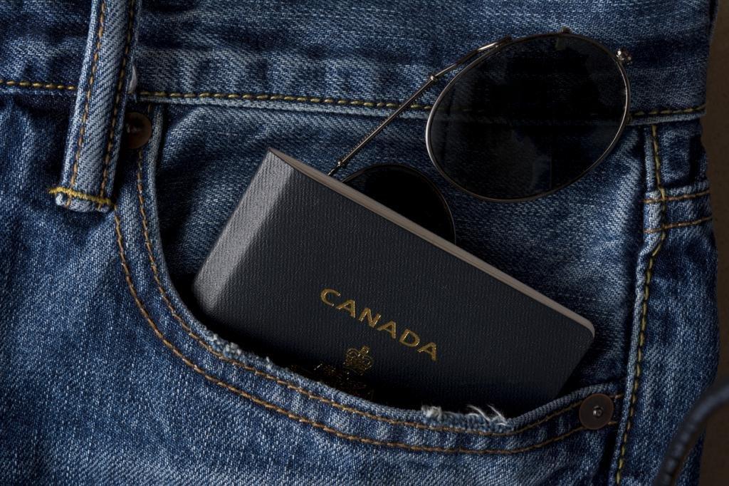 паспорт Канады в кармане