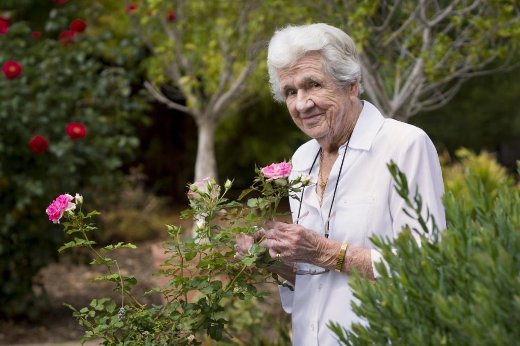 Пожилая женщина с цветами