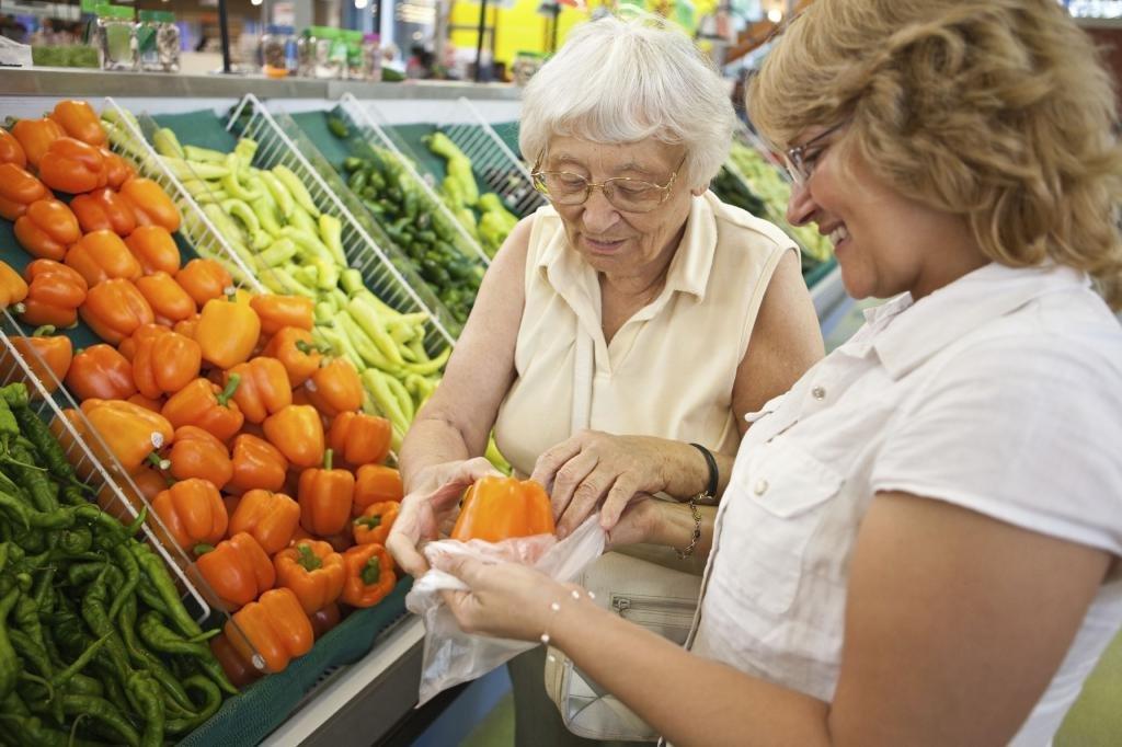 Пенсионерка делает покупки