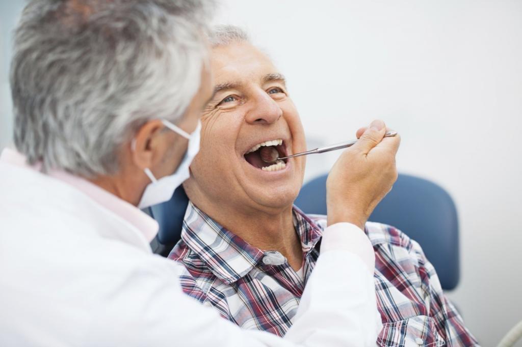 Пожилой мужчина у стоматолога