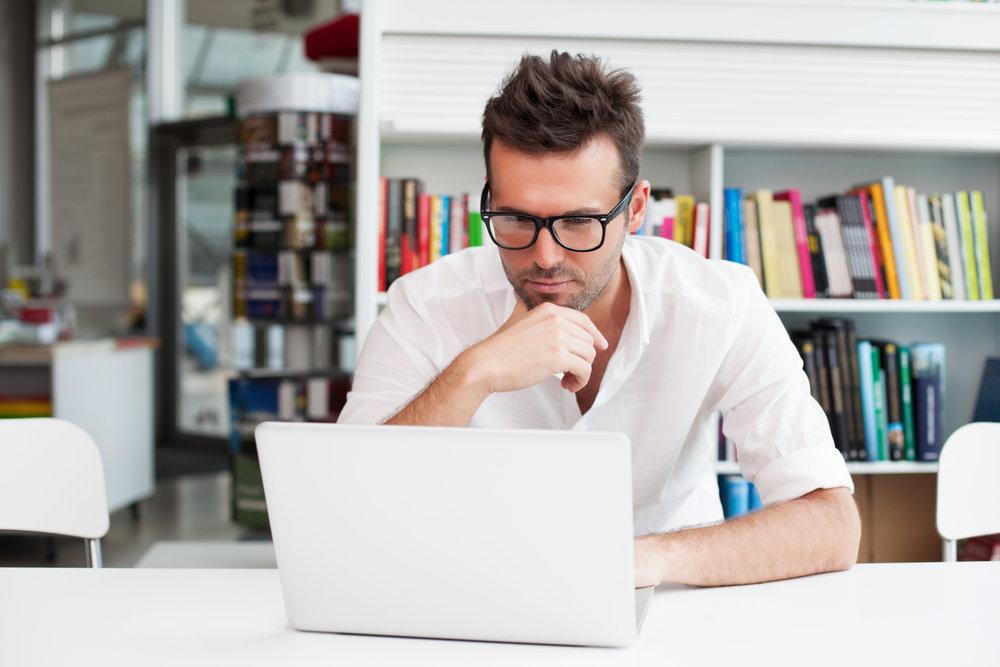 мужчина оформляет страховой полис на машину на сайте