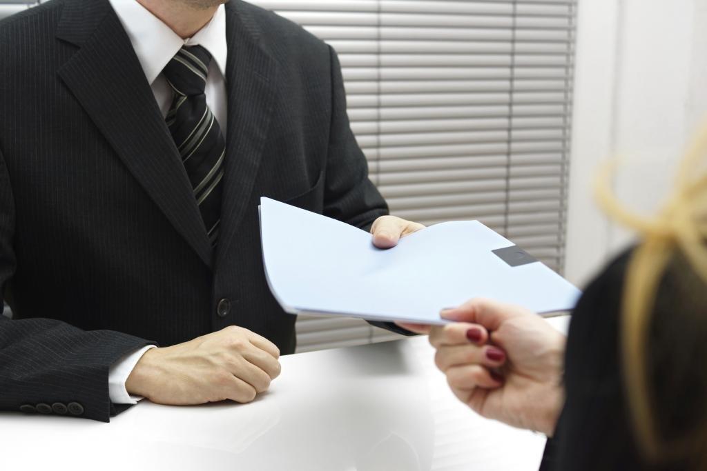 Человек передает документы