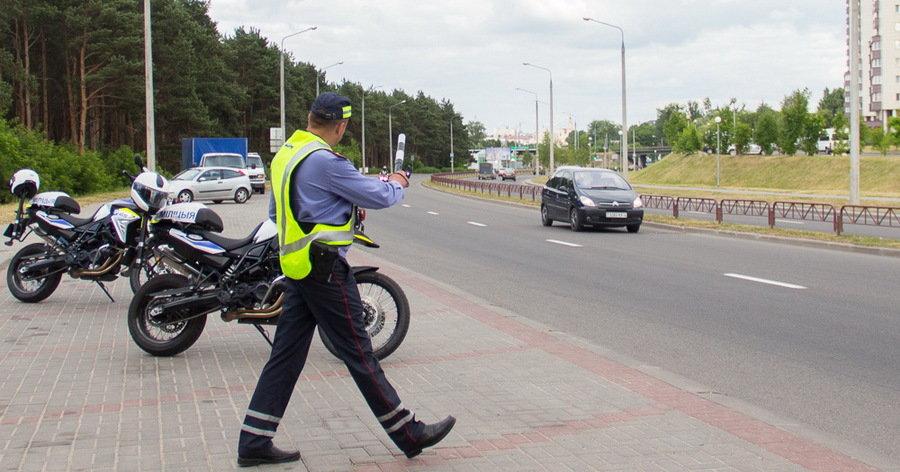 Остановленные мотоциклисты