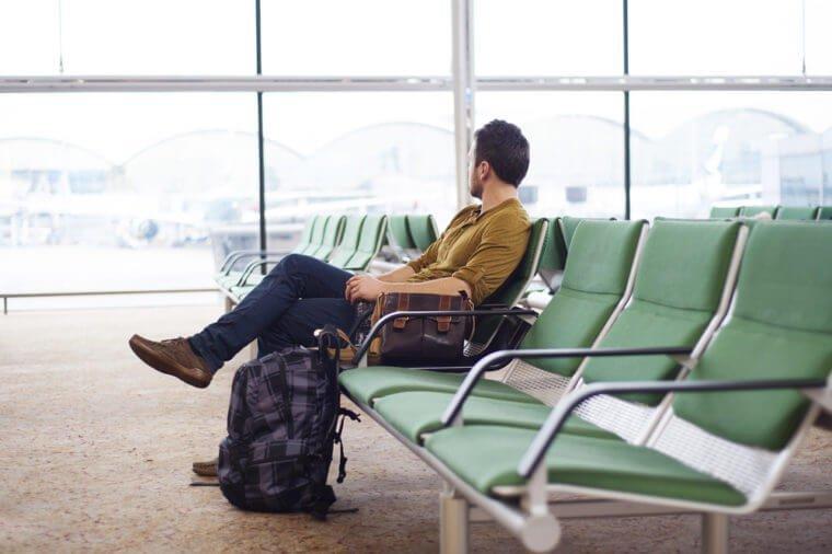 мужчина ожидает свой рейс