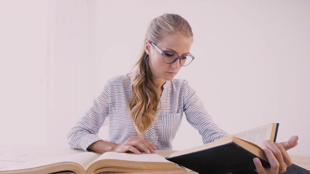 Девушка ищет пункты статьи для увольнения