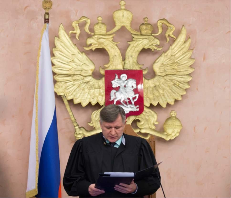 Судья читает приговор