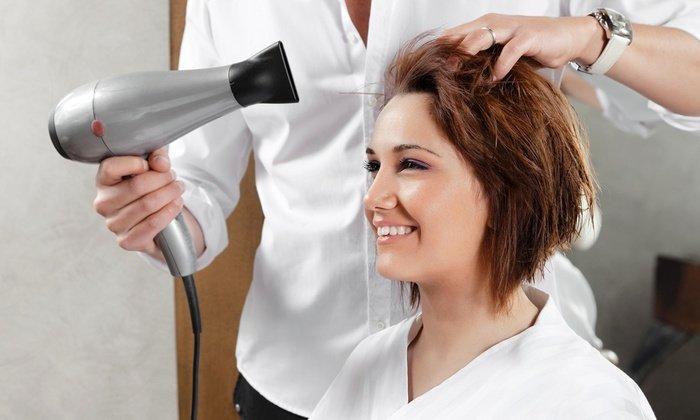 Парикмахер укладывает волосы