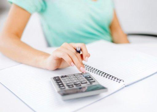 Бухгалтер с калькулятором