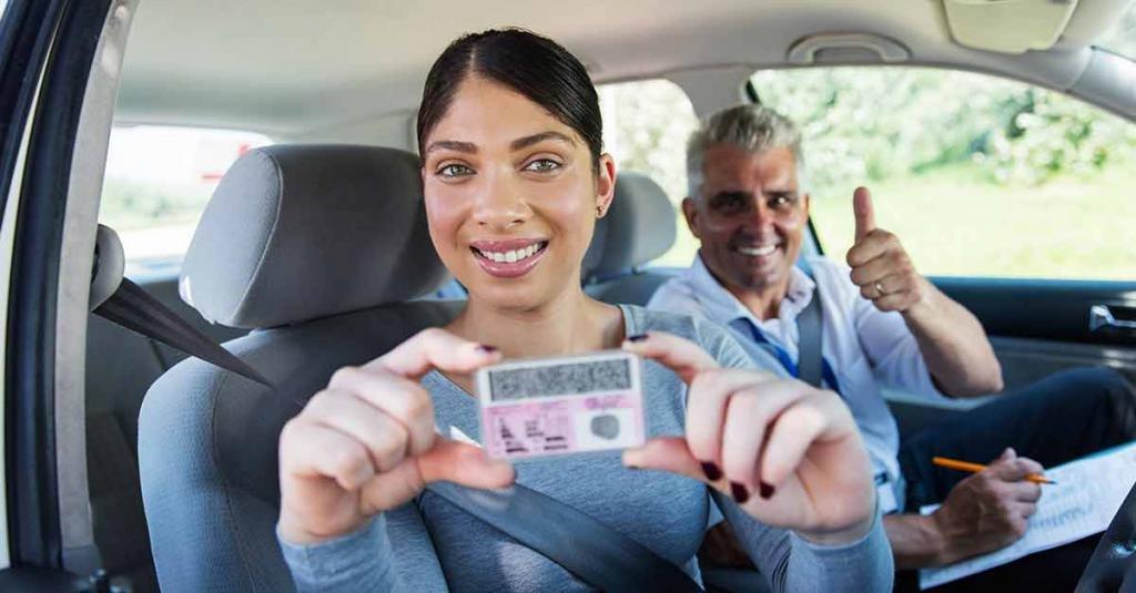 Девушка с водительскими правами