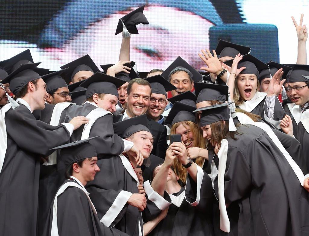 Вручение дипломов студентам