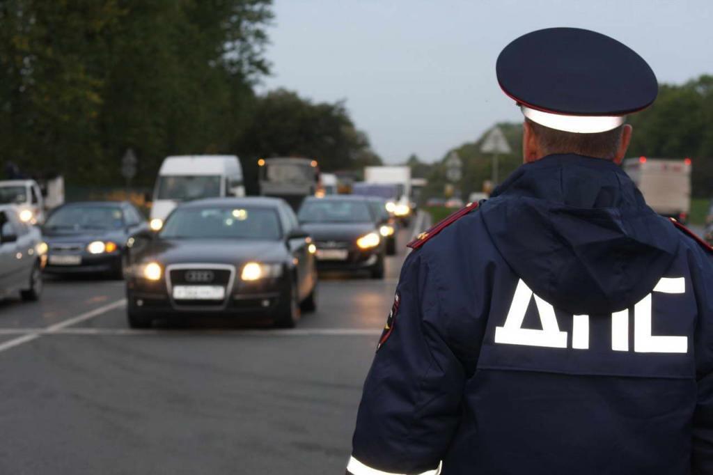 Сотрудник ДПС остановил без прав на авто - что будет