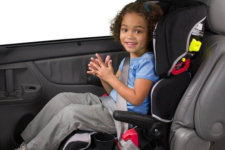девочка сидит в автомобиле