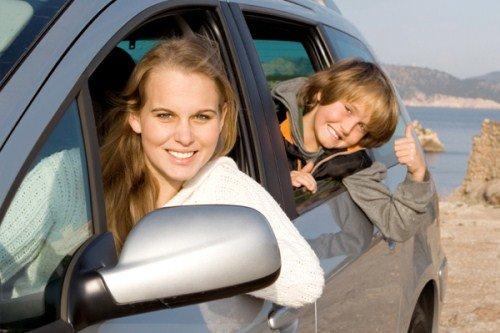 мама и сын на машине