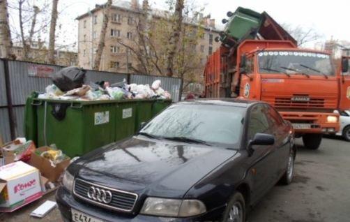 Автомобиль у мусорных контейнеров