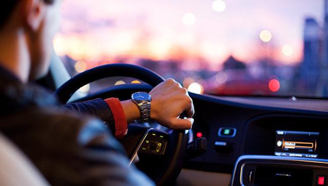 Водит машину