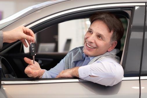 Владелец передает ключи водителю